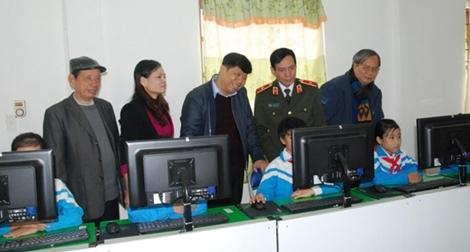 Trao phòng máy vi tính tặng trường tiểu học Gia Phong