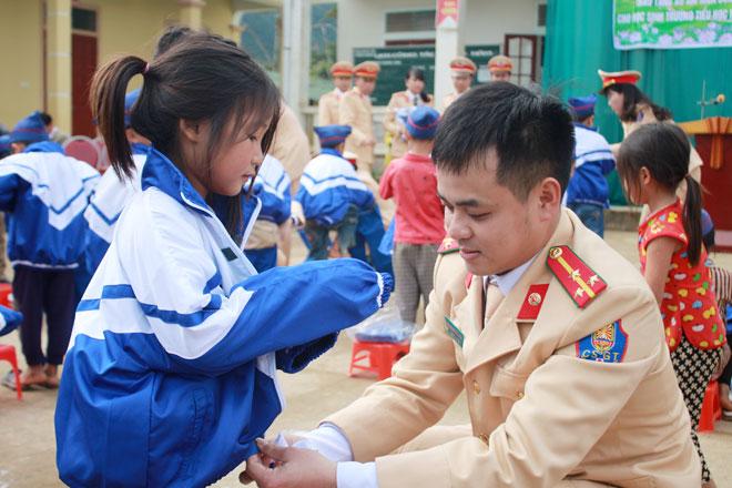 CSGT Nghệ An: Tặng 100 bộ quần áo ấm cho các em học sinh nghèo
