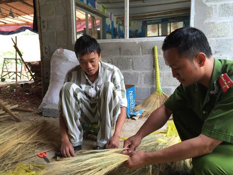 Cán bộ quản giáo hướng dẫn Phạm Đình Cử lao động.