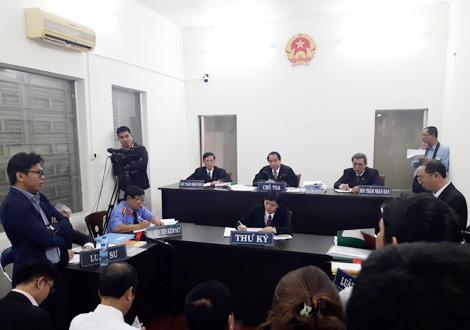 Dù thu hút sự quan tâm của dư luận và báo chí, nhưng phiên tòa được diễn ra trong một căn phòng khá chật hẹp.