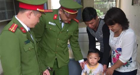 Công an Lào Cai đưa em bé 4 tuổi bị lạc về với gia đình