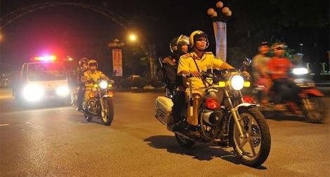 Cảnh sát trực trật tự giao thông ban đêm được bồi dưỡng tối đa 100.000 đồng