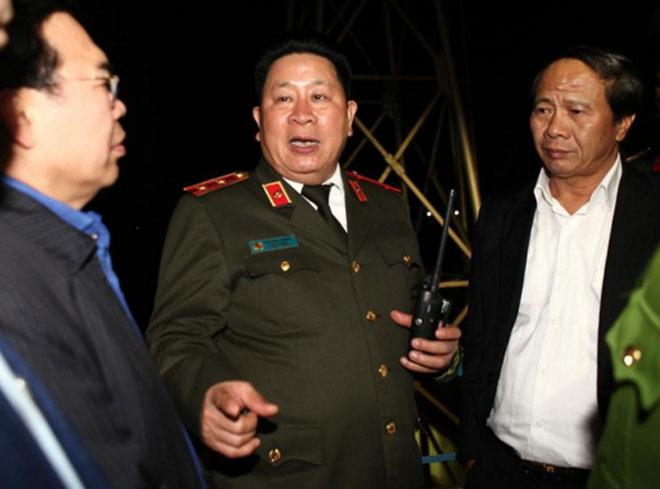 Thứ trưởng Bùi Văn Thành, Bí thư Thành ủy Lê Văn Thành, Chủ tịch UBND thành phố Nguyễn Văn Tùng theo dõi và chỉ huy trực tiếp qua bộ đàm cho lực lượng chữa cháy.