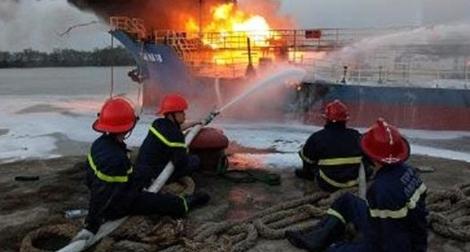 8 giờ chiến đấu với giặc lửa cứu tàu chở xăng trên sông