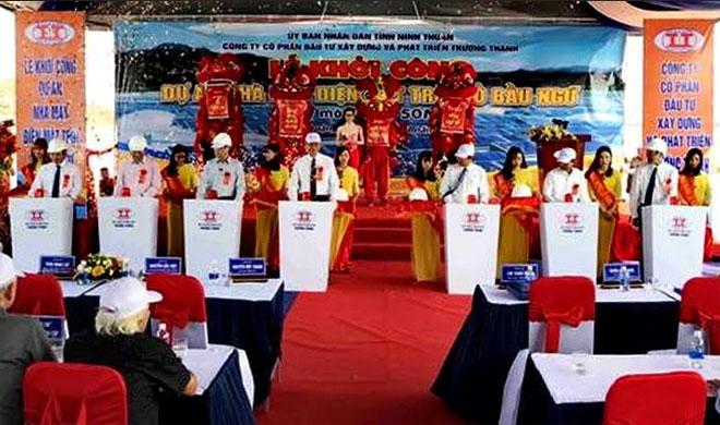 Chủ tịch UBND tỉnh Ninh Thuận cùng nhà đầu tư và đại diện một số cơ quan chức trách nhấn nút khởi công dự án.