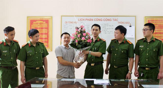 Đại úy Công an trả lại 2.000 USD cho người bị mất