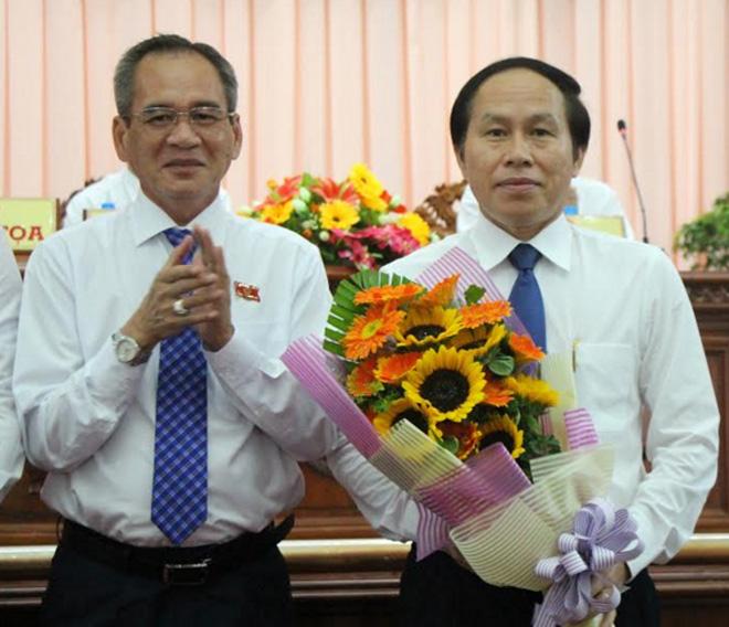 Ông Lữ Văn Hùng - Bí thư Tỉnh ủy Hậu Giang, tặng hoa chúc mừng ông Lê Tiến Châu, được HĐND tỉnh bầu giữ chức Chủ tịch UBND tỉnh Hậu Giang.