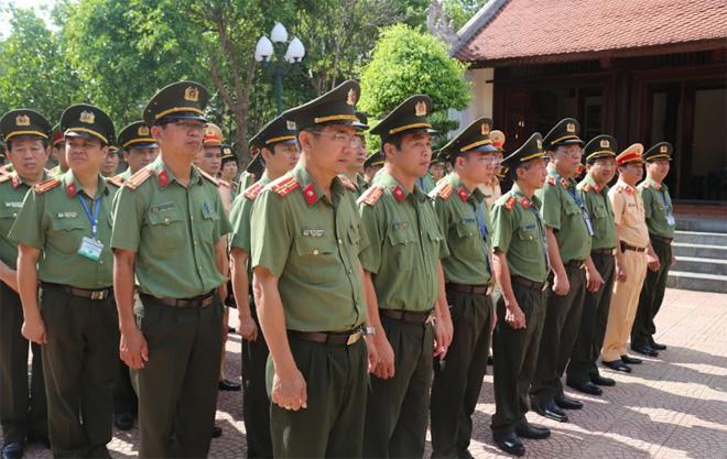 Dâng hương tưởng niệm Chủ tịch Hồ Chí Minh và cố Bộ trưởng Trần Quốc Hoàn - Ảnh minh hoạ 2