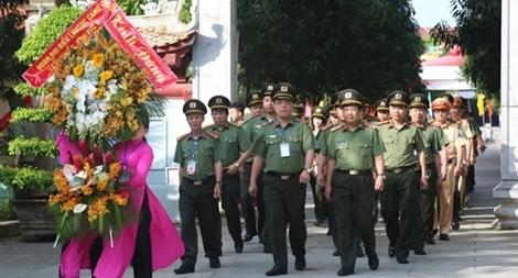 Dâng hương tưởng niệm Chủ tịch Hồ Chí Minh và cố Bộ trưởng Trần Quốc Hoàn