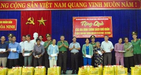 Tặng quà gia đình chính sách ở căn cứ cách mạng Tây Bắc Đà Nẵng