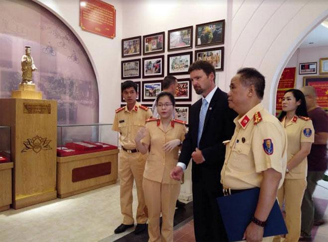 Đại diện Cơ quan Mật vụ Hoa Kỳ tặng ảnh kỷ niệm Trưởng phòng CSGT Hà Nội - Ảnh minh hoạ 2