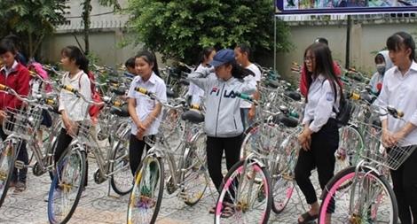 Tân Hiệp Phát trao học bổng và xe đạp tặng học sinh nghèo Cà Mau