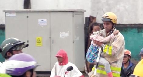 Lực lượng Công an tham gia khắc phục hậu quả do bão số 9 gây ra