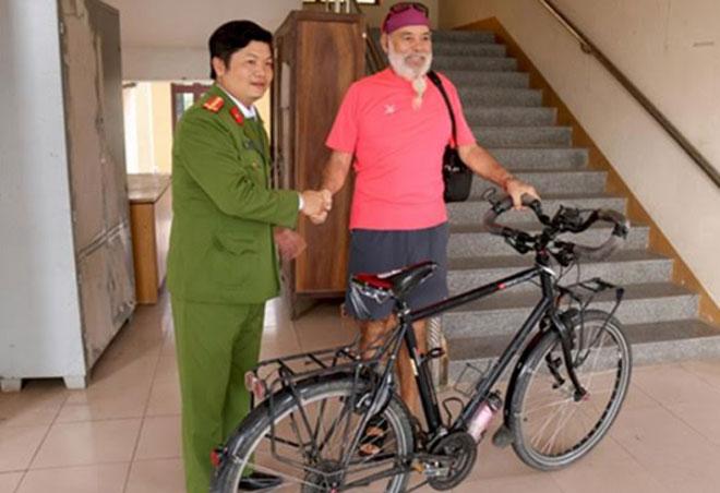 Trao trả chiếc xe đạp bị mất cắp cho người nước ngoài