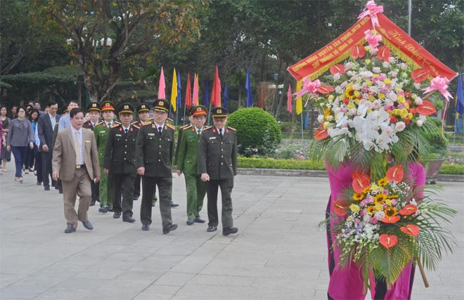 Thứ trưởng Nguyễn Văn Thành dâng hương tại Khu di tích quốc gia Kim Liên, Nghệ An