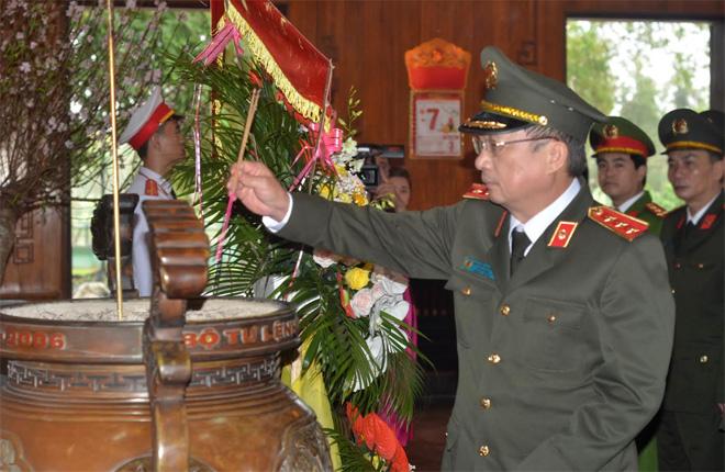 Thứ trưởng Nguyễn Văn Thành dâng hương tại Khu di tích quốc gia Kim Liên, Nghệ An - Ảnh minh hoạ 2