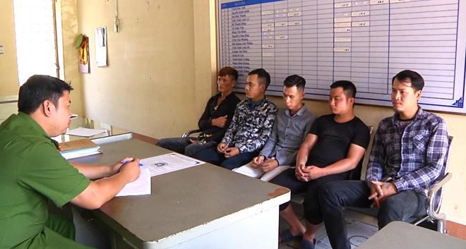 Cơ quan Công an làm việc với một số đối tượng trong nhóm cho vay nặng lãi.