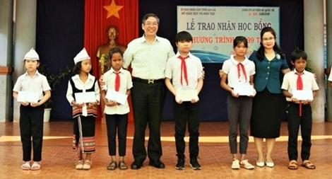 Trao 100 suất học bổng cho học sinh nghèo ở Gia Lai
