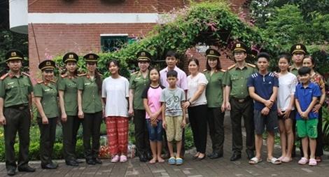 Trao quà cho các cháu làng trẻ em SOS Hà Nội nhân dịp Tết Thiếu nhi