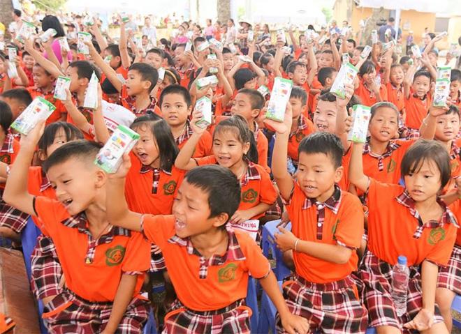 Quỹ Sữa Vươn Cao Việt Nam và Vinamilk tặng 44.709 ly sữa cho các em tỉnh Hưng Yên - Ảnh minh hoạ 2