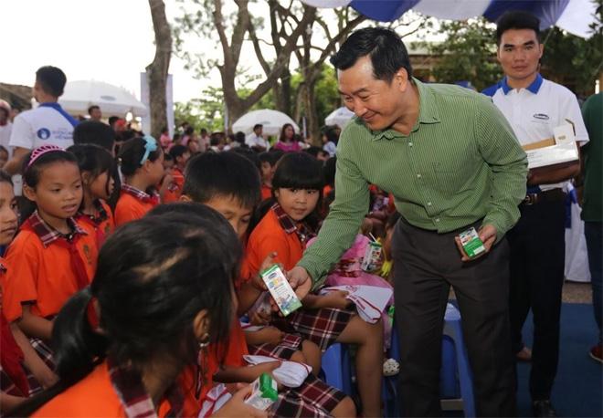 Quỹ Sữa Vươn Cao Việt Nam và Vinamilk tặng 44.709 ly sữa cho các em tỉnh Hưng Yên