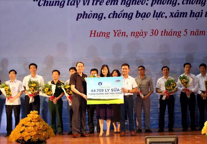 Quỹ Sữa Vươn Cao Việt Nam và Vinamilk tặng 44.709 ly sữa cho các em tỉnh Hưng Yên - Ảnh minh hoạ 3