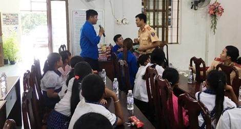 Tuyên truyền an toàn giao thông cho thanh thiếu niên xã Phú Tân