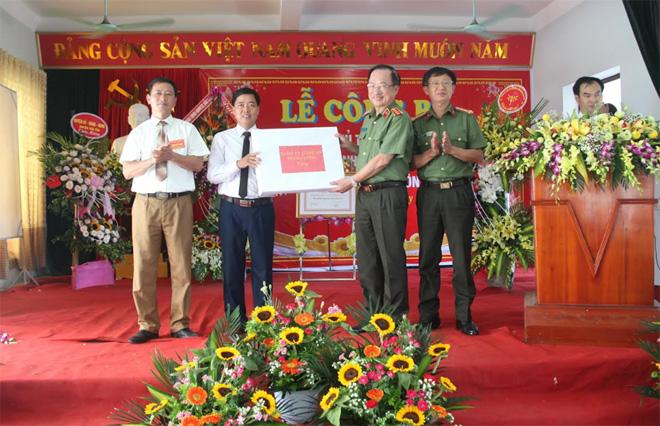 Lãnh đạo Bộ Công an dâng hương tại Khu lưu niệm 6 điều Bác Hồ dạy CAND - Ảnh minh hoạ 2