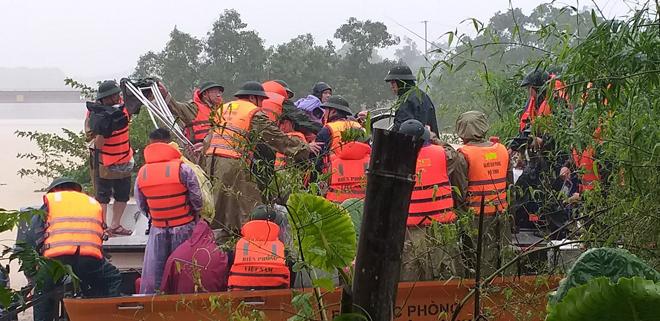 Lũ chia cắt nhiều tuyến đường, Công an đội mưa ứng trực giúp dân - Ảnh minh hoạ 2