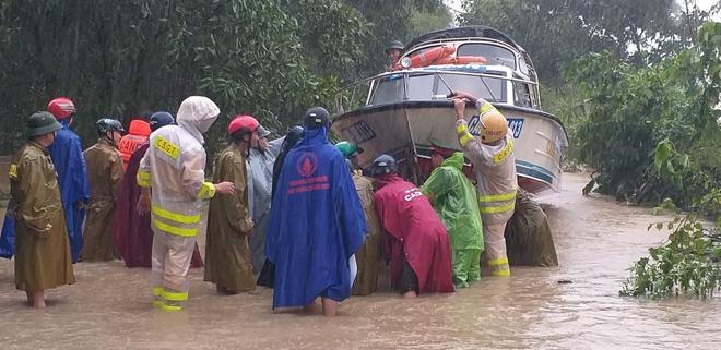 Lũ chia cắt nhiều tuyến đường, Công an đội mưa ứng trực giúp dân - Ảnh minh hoạ 5