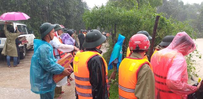 Lũ chia cắt nhiều tuyến đường, Công an đội mưa ứng trực giúp dân - Ảnh minh hoạ 3