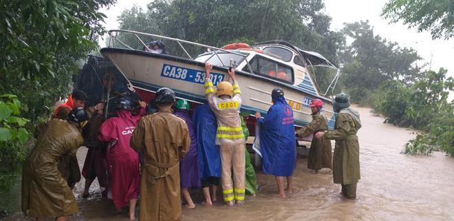 Lũ chia cắt nhiều tuyến đường, Công an đội mưa ứng trực giúp dân - Ảnh minh hoạ 4