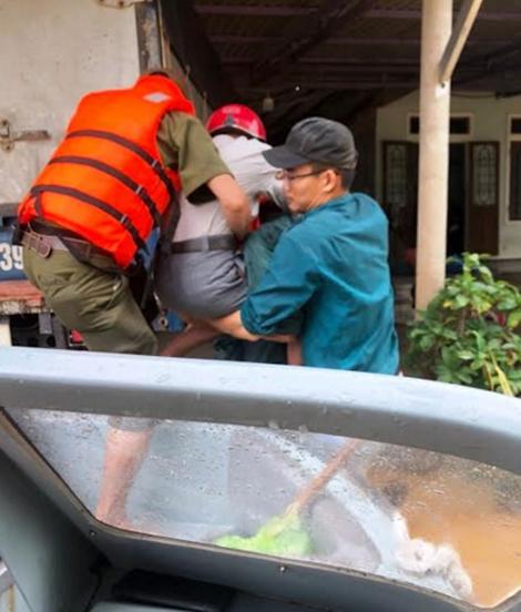 Ngâm mình trong nước, giúp dân thoát khỏi vùng ngập lụt - Ảnh minh hoạ 3