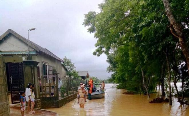 Ngâm mình trong nước, giúp dân thoát khỏi vùng ngập lụt