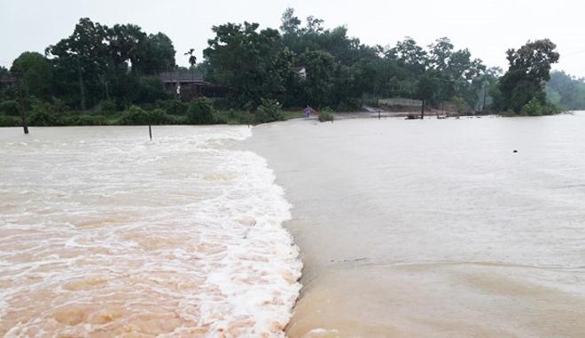 Lũ chia cắt nhiều tuyến đường, Công an đội mưa ứng trực giúp dân