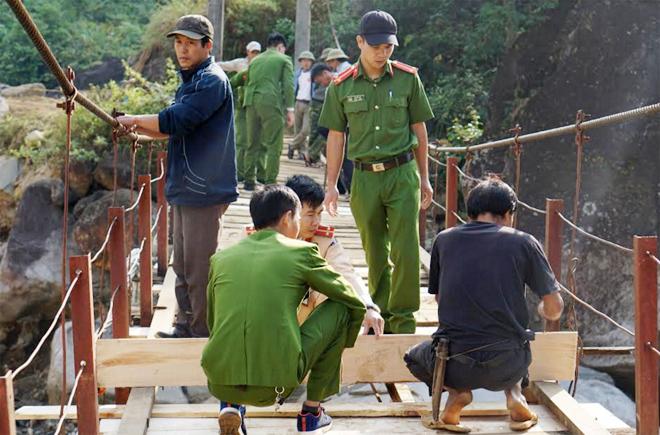 Tuổi trẻ Công an Tân Uyên giúp đỡ người dân sửa cầu treo - Ảnh minh hoạ 3