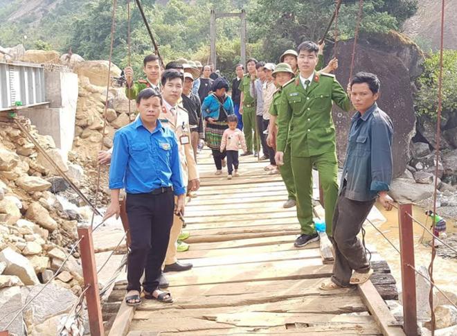 Tuổi trẻ Công an Tân Uyên giúp đỡ người dân sửa cầu treo - Ảnh minh hoạ 2