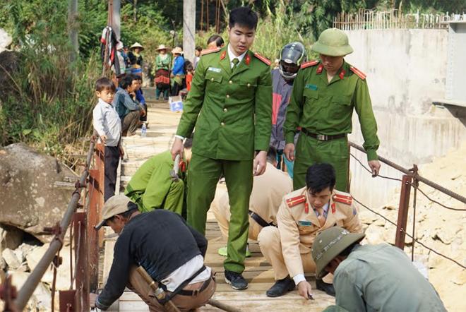 Tuổi trẻ Công an Tân Uyên giúp đỡ người dân sửa cầu treo - Ảnh minh hoạ 5