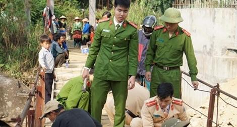 Tuổi trẻ Công an Tân Uyên giúp đỡ người dân sửa cầu treo