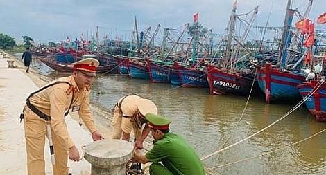 Lực lượng Công an ứng phó với bão gần Biển Đông