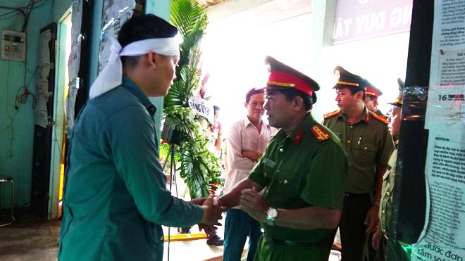 Đại tá Nguyễn Văn Hòa - Phó giám đốc Công an tỉnh Long An chia sẻ nỗi đau mất mát với gia đình Trung úy Tống Duy Tân.