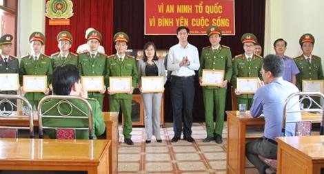 Khen thưởng các chiến sĩ triệt phá vụ vận chuyển 4 bánh heroin