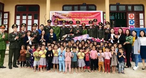 Thăm, tặng quà cho trẻ em vùng khó khăn