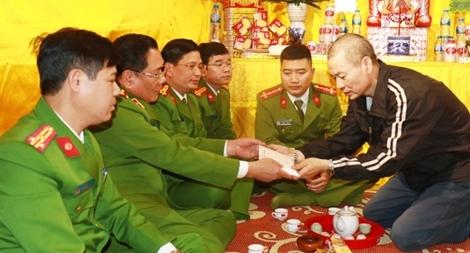 Thăm hỏi gia đình 3 liệt sỹ hi sinh tại Đồng Tâm