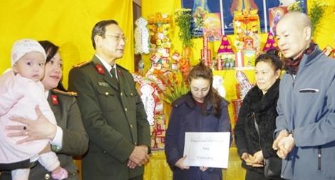 Công an Thái Nguyên thăm hỏi gia đình 3 liệt sỹ CAND hy sinh tại Đồng Tâm