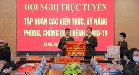 Trao tiền và 1.000 khẩu trang đến Công an TP Hà Nội
