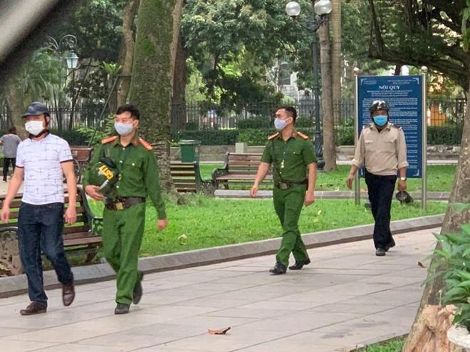 Hà Nội: Hàng quán nghiêm túc đóng cửa, người dân được nhắc đeo khẩu trang - 3