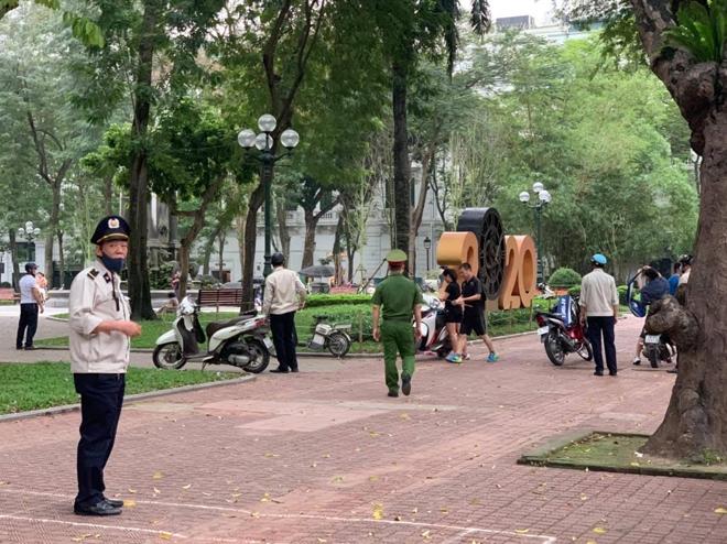 Hà Nội: Hàng quán nghiêm túc đóng cửa, người dân được nhắc đeo khẩu trang - 2