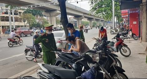 Công an tích cực vào cuộc, người dân Hà Nội đồng lòng chống dịch