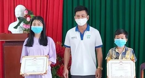Hai chị em học sinh ở Phú Quốc đập heo đất ủng hộ quỹ phòng chống COVID-19